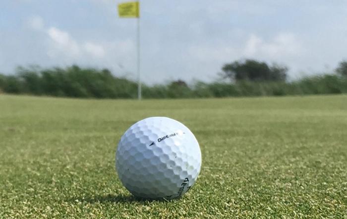 Golfball auf dem Green